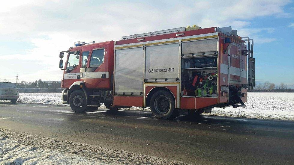 Na silnici mezi Sokolnicemi a Tuřany vyjelo osobní auto z vozovky a skončilo na střeše v poli.