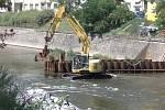 V proudu řeky Svratky v Brně pracuje bagr
