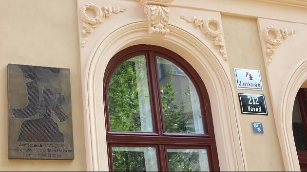 V Jiráskově ulici dnes odhalili pamětní desku umělce Jana Rajlicha staršího.