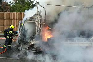 Na dálnici D1 u Brna hořelo v pondělí odpoledne nákladní auto. Škoda je 1,6 milionu korun.