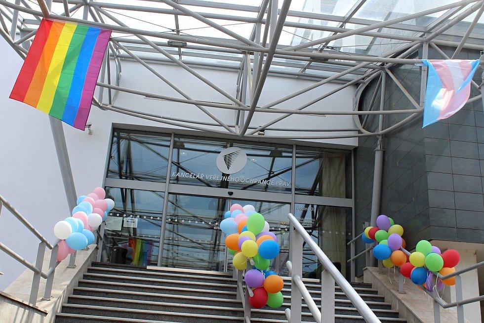 Duhové barvy zdobily v pátek vchod do sídla ombudsmanky v Brně.