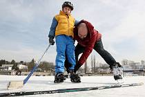 Takto si lidé loni užívali led na brněnské přehradě. Strážníci ale varují, že letos ještě není dostatečně silný.