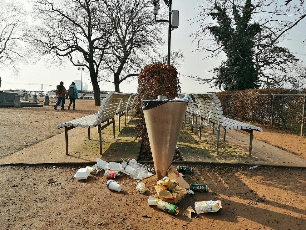 Denisovy sady v Brně. Místo pro odpočinek, nebo smetiště? Plechovky od piva, přeplněné koše, nepořádek. Jako po velké party to vypadalo ve čtvrtek dopoledne v brněnských parcích nedaleko hlavního vlakového nádraží.