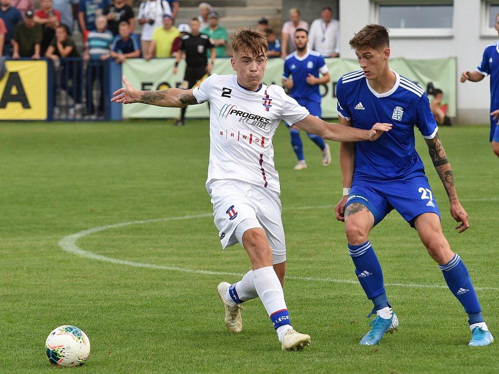 Zápas SK Líšeň (v bílém) proti FC Slavoj Vyšehrad.