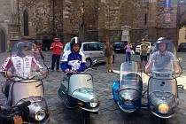 Na motocyklech Čezeta vyjeli ze Zelného trhu závodníci Karel Abraham, Stefan Bradl a Sandro Cortese.