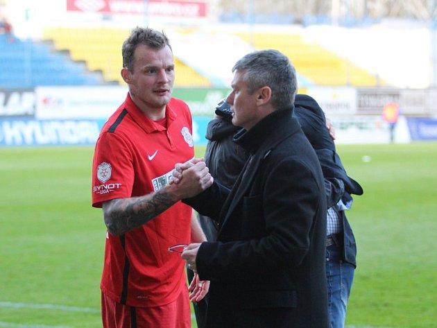 Útočník brněnské Zbrojovky Jakub Řezníček se zdravil po zápase s koučem Teplic Davidem Vavruškou.