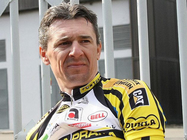 Šestatřicetiletý cyklista Milan Kadlec ovládl úvodní závod silniční sezony. K vítězství mu pomohla pomoc kolegů z Dukly Praha.