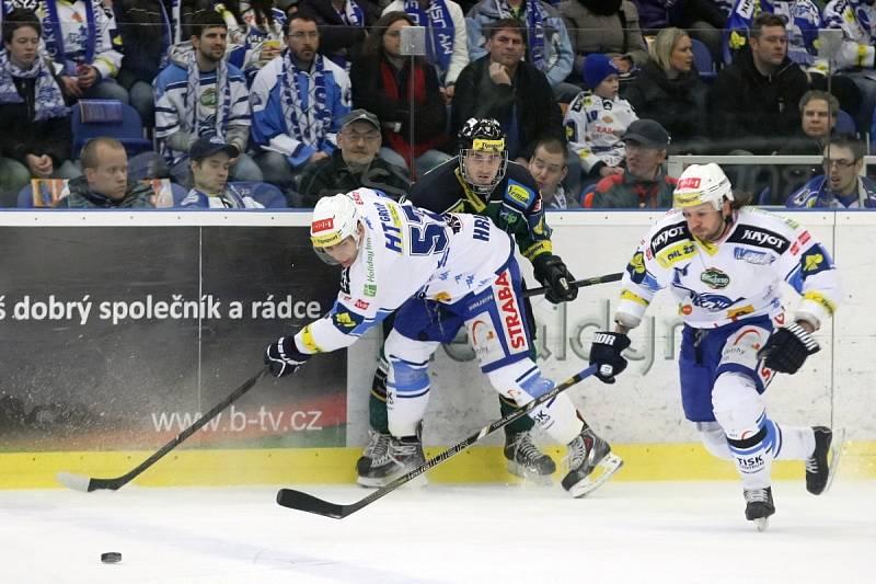 Hokejisté Karlových Varů porazili domácí Kometu 3:2.