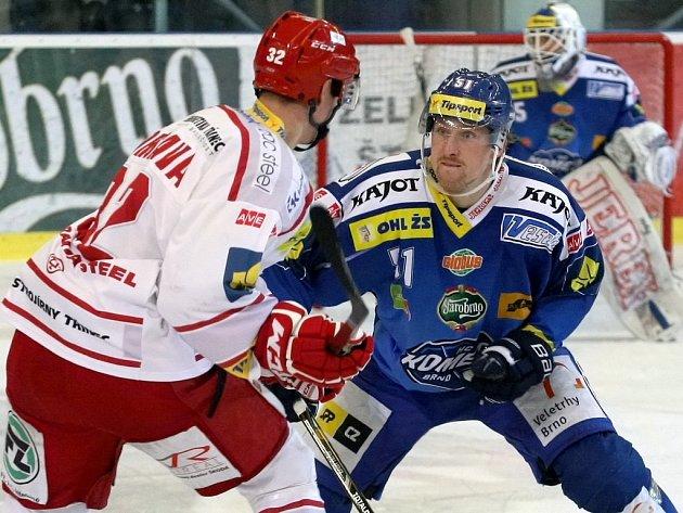 Hokejisté brněnské Komety (v modrém) na hosty z Třince tentokrát nestačili.