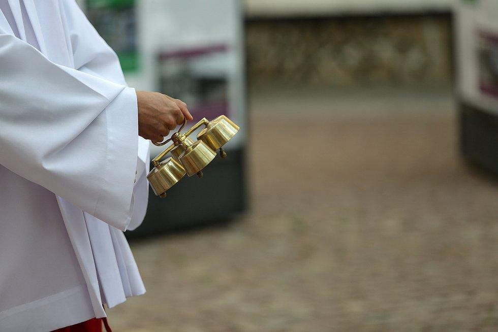 Eucharistický průvod Těla a Krve Páně vyrazil z kostela sv. Janů-minorit Jánskou ulicí na Pohořelec. Zde proběhla krátká pobožnost, do které duchovní zapojili i novou sochu Asteroid na Kobližné ulici.