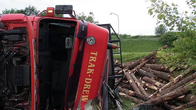 V Bítešské ulici v brněnském Starém Lískovci se v pondělí ráno převrátil kamion se dřevem. Jedenadvacetiletý řidič se při nehodě lehce zranil.