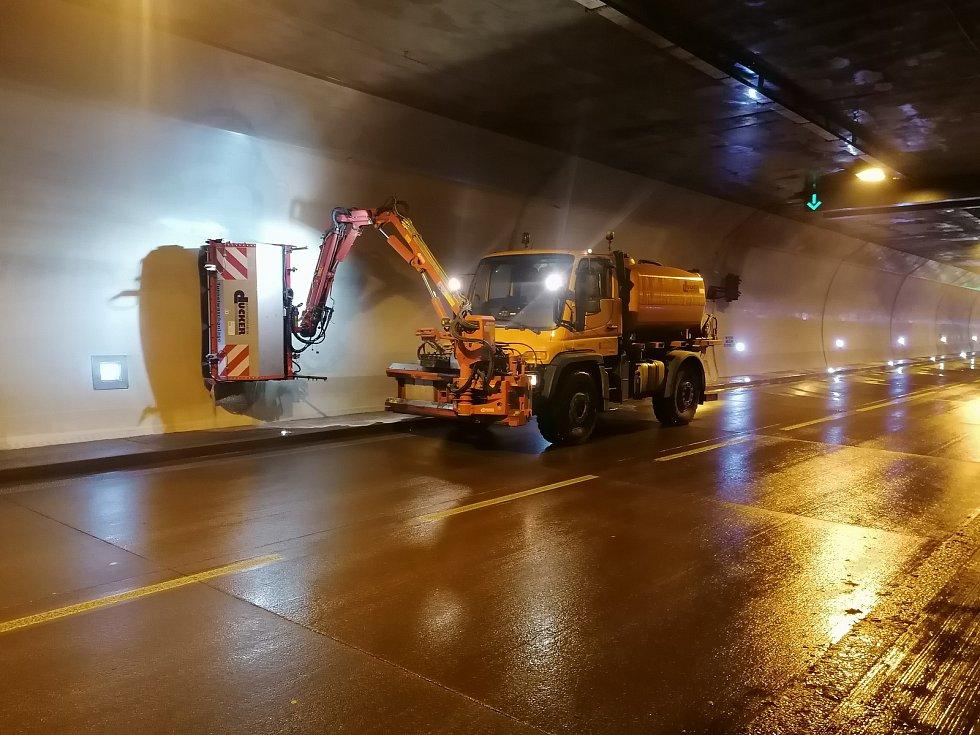 Údržba a čištění v Královopolském tunelu.