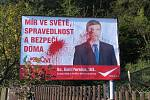 V Černé Hoře pomalovali vandalové billboard komunistů červenou barvou.