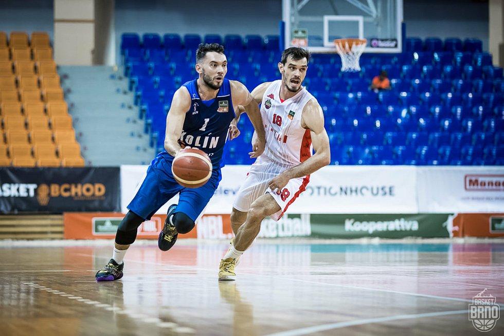 Brněnští basketbalisté (v bílém Viktor Půlpán) se utkají ve dvojzápase o třetí místo s Kolínem.