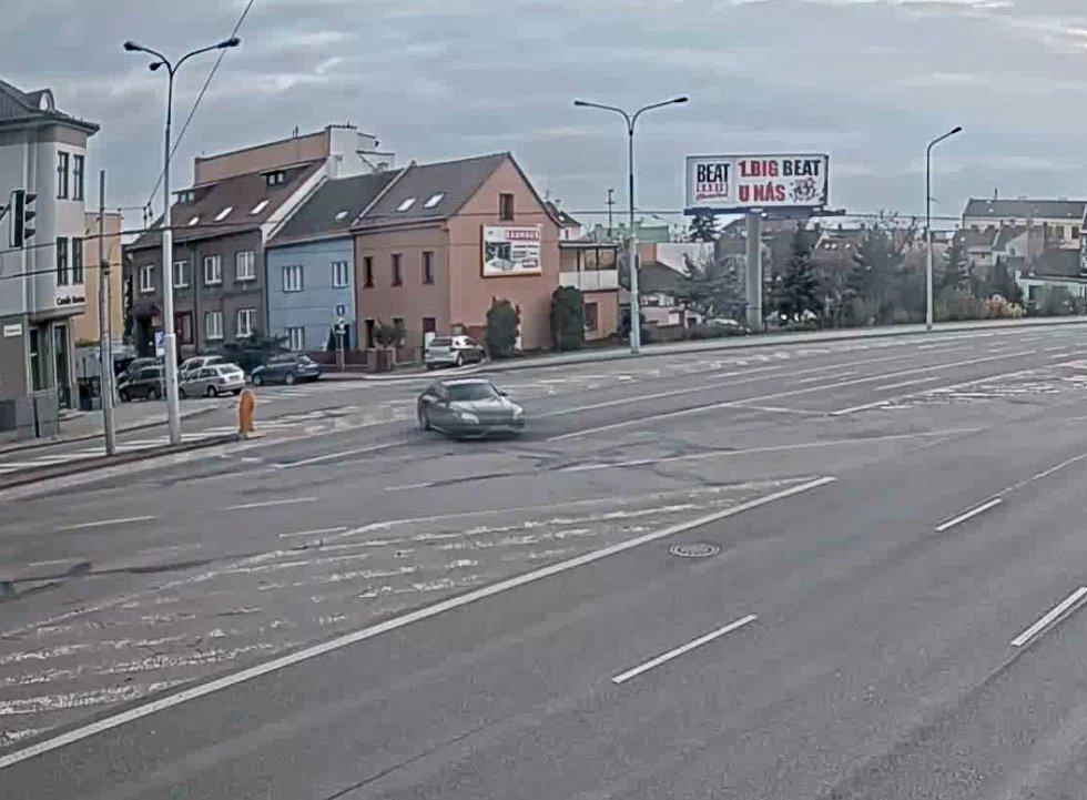 Řidič mercedesu předvedl v Brně mimořádně nebezpečný a nečekaný manévr.