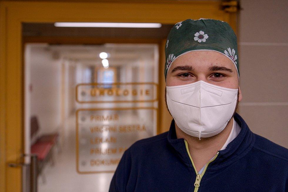 Student Erik Hříba sloužil v Břeclavi u covidových pacientů hospitalizovaných na urologickém oddělení.