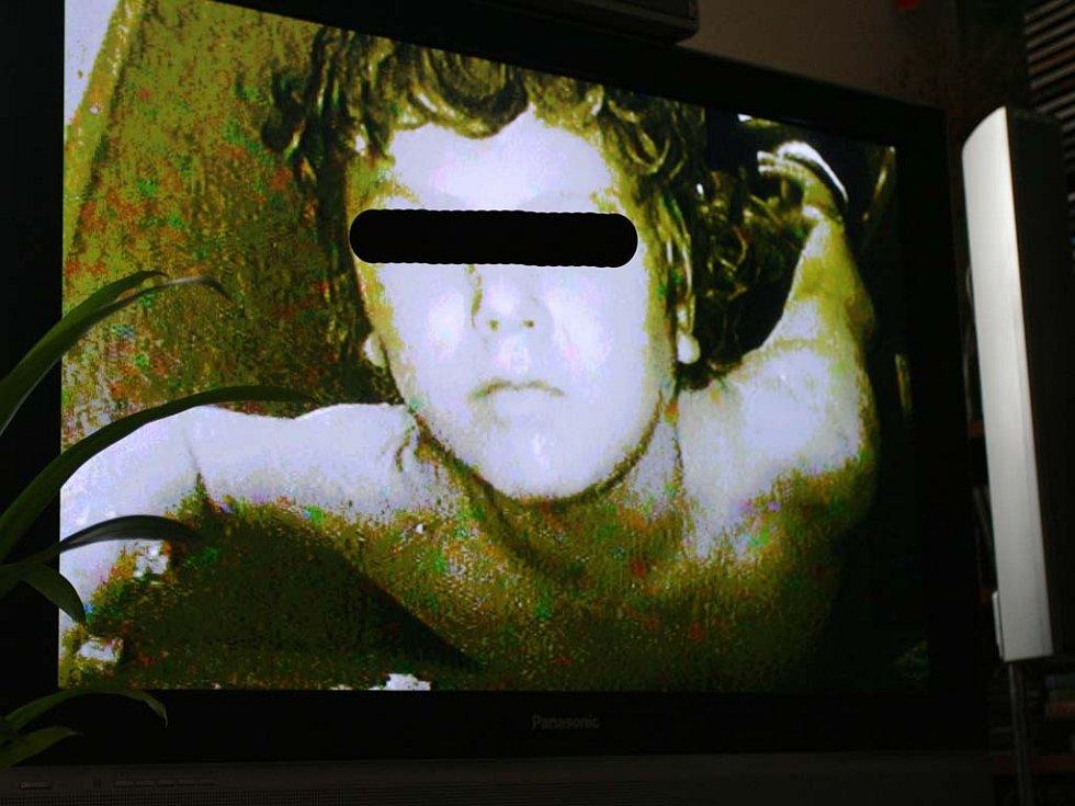 Záběr týraného chlapce.