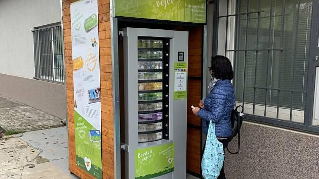 Čerstvá vejce z automatu si mohou nově nakoupit obyvatelé brněnské městské části Slatina.