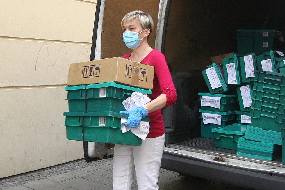 Brno 20.3.2020 - zásobování lékárny v Kobližné ulici