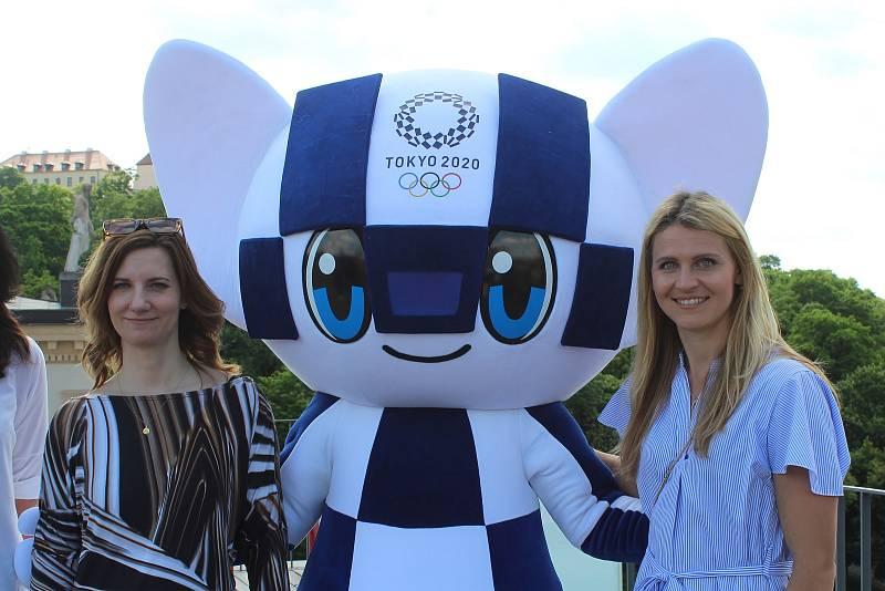 Ambasadorka olympijského festivalu Lucie Šafářová s brněnskou primátorkou Markétou Vaňkovou a maskotem.