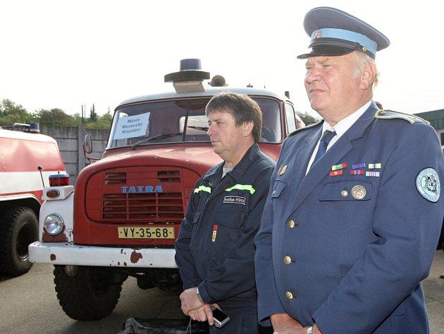 Auta sloužící původně profesionálním jednotkám si v pátek převzaly sbory dobrovolných hasičů v brněnské Líšni.