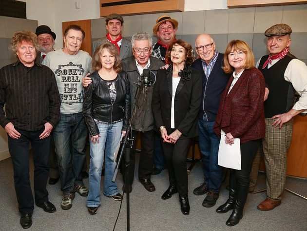Známí zpěváci v důchodovém věku připravili čtyřhodinový večer s víc než padesátkou hitů.