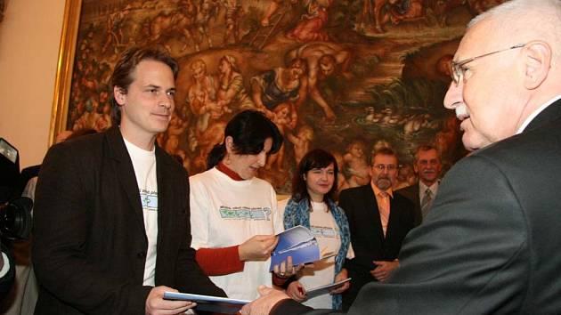 Zelení přivítali prezidenta Klause ve speciálních tričkách.
