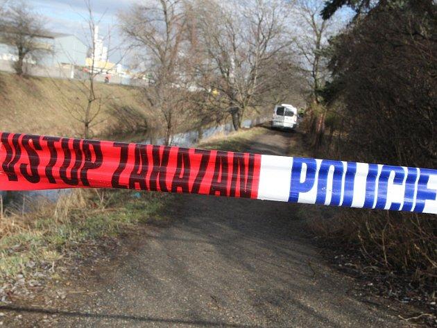 Policisté a hasiči zasahovali u požáru chatky v zahrádkářské kolonii v brněnských Černovicích. Na místě byl nalezen mrtvý muž.