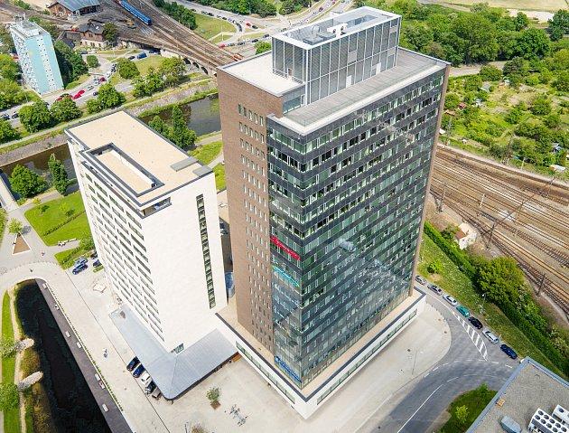 Nový hotel vBrně. Za sedm set milionů korun vznikla ve Spielberk Office Centru nedaleko Svratky a Heršpické ulice budova svíc než dvěma stovkami pokojů (na snímku bílá).