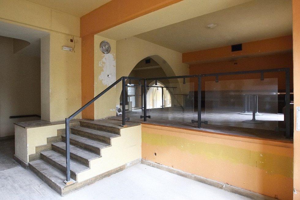 Tři roky žili za okny bývalé restaurace Muzejka na Moravském náměstí v Brně jen pavouci. Už brzy tam ale zase opět zavítají hosté.