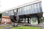 Nevzhledná budova polikliniky na Lesné se konečně dočká opravy.