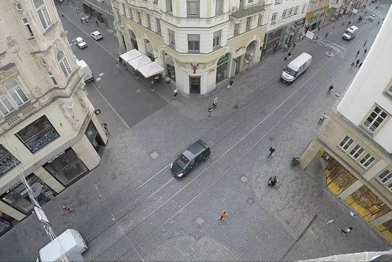 Záběry z časosběrného videa sledujícícho pohyb v pěší zóně v Masarykově ulici v Brně.