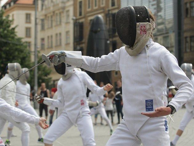 Sportovci šermovali na brněnském náměstí Svobody. Kvůli propagaci tohoto sportu. Pozvali i na mistrovství republiky.