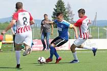 Ondřej Paděra (v modrém) v Superlize malého fotbalu bojuje proti brněnské přesile.