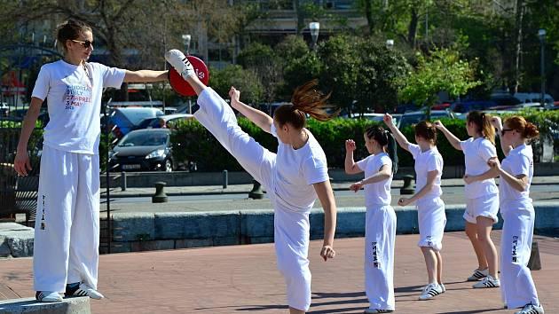 Soluňský šampionát v taekwondu. Závodníci cvičí na různých místech, i na velkém pobřežním mole.