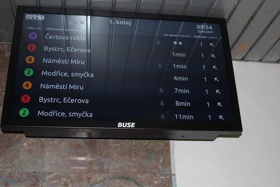 Lidé díky novým informačním tabulím už v podchodu zjistí, za jak dlouho odjíždí která linka šaliny.