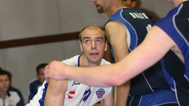 NAHORU DOLŮ. Brněnské křídlo Jan Wiedner (s míčem) svůj skvělý výkon proti Liberci nezopakoval. Přesto si A Plus připsalo v Pardubicích již šestou výhru v sezoně.