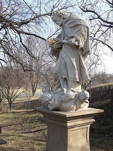 Socha sv. Jana Nepomuckého z 18. století v obci Kojátky. Restaurátoři sochu vyčistili a odborně ošetřili.