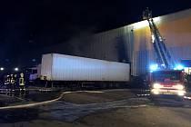 Krátce před jednou hodinou v pátek ráno vyjížděli hasiči k požáru haly a kamionu do průmyslové zóny v Modřicích na Brněnsku.