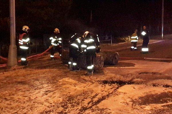 Na Žarošické ulici vBrně shořelo nákladní auto. Převáželo fólie vrolích.