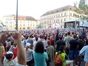 Fanoušci Komety oslavují v centru Brna vítězství.
