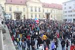 Více než dva tisíce lidí se sešly v pondělí večer na brněnském Dominikánském náměstí na shromáždění Za nezávislou justici. Účastníci protestu požadovali odstoupení nově jmenované ministryně spravedlnosti Marie Benešové.