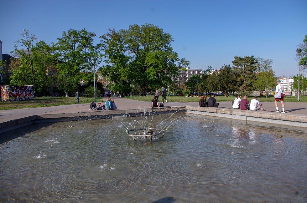Jaro v ulicích Brna si lidé mohou zpestřit například procházkou kolem známých kašen. Na snímku kašna na Moravskén náměstí.