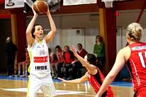 Basketbalistka Tereza Pecková (v bílém).