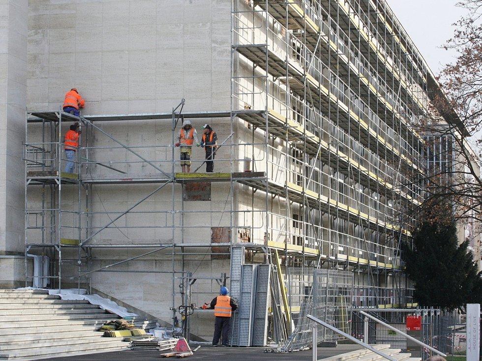 V roce 2015 se dělníci opravovali plášť budovy Janáčkova divadla v Brně.