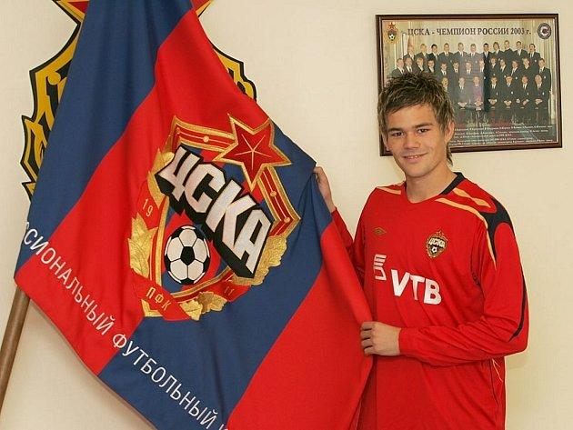 Luboš Kalouda převzal z rukou genarálního ředitele klubu Romana Babajeva dres CSKA Moskva s číslem dvacet.