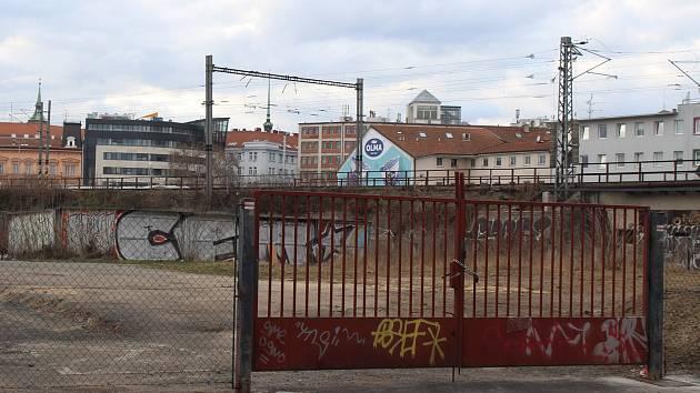 Obyvatelé z Vlhké ulice v Brně se bouří proti záměru magistrátu vystavět tam denní centrum pro lidi bez domova. Město zatím od plánu ustoupilo po nesouhlasu jednoho z přímých sousedů..