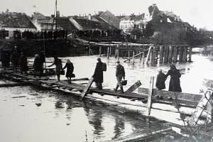 Tisíce Němců se jedenatřicátého května 1945 vydaly z Brna do Pohořelic na takzvaný Pochod smrti.