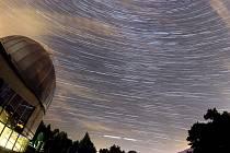 Skládanka několika fotografií pořizovaných delší dobu během Noci padajících hvězd. Ilustrační foto.