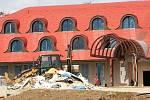 Výstavba hotelu na okraji Popůvek se chýlí k závěru. Na místě bude stát také restaurace a kasino. Přestože Brno a okolí bojují proti gamblerství, obec s investory uzavřela dohodu, že hazard nezakáže.